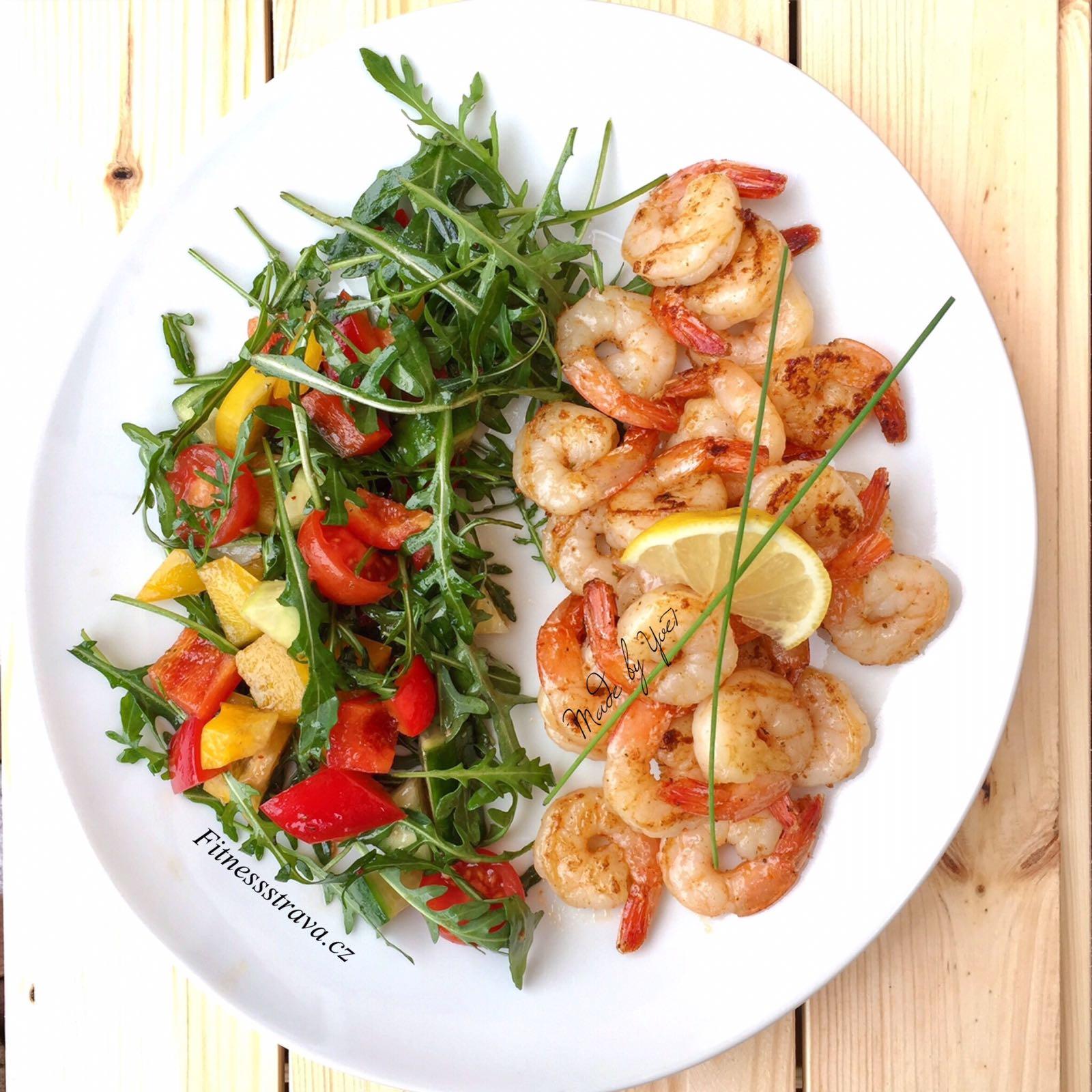 Limetkové krevety se sezamovým salátem restované na pánvi.