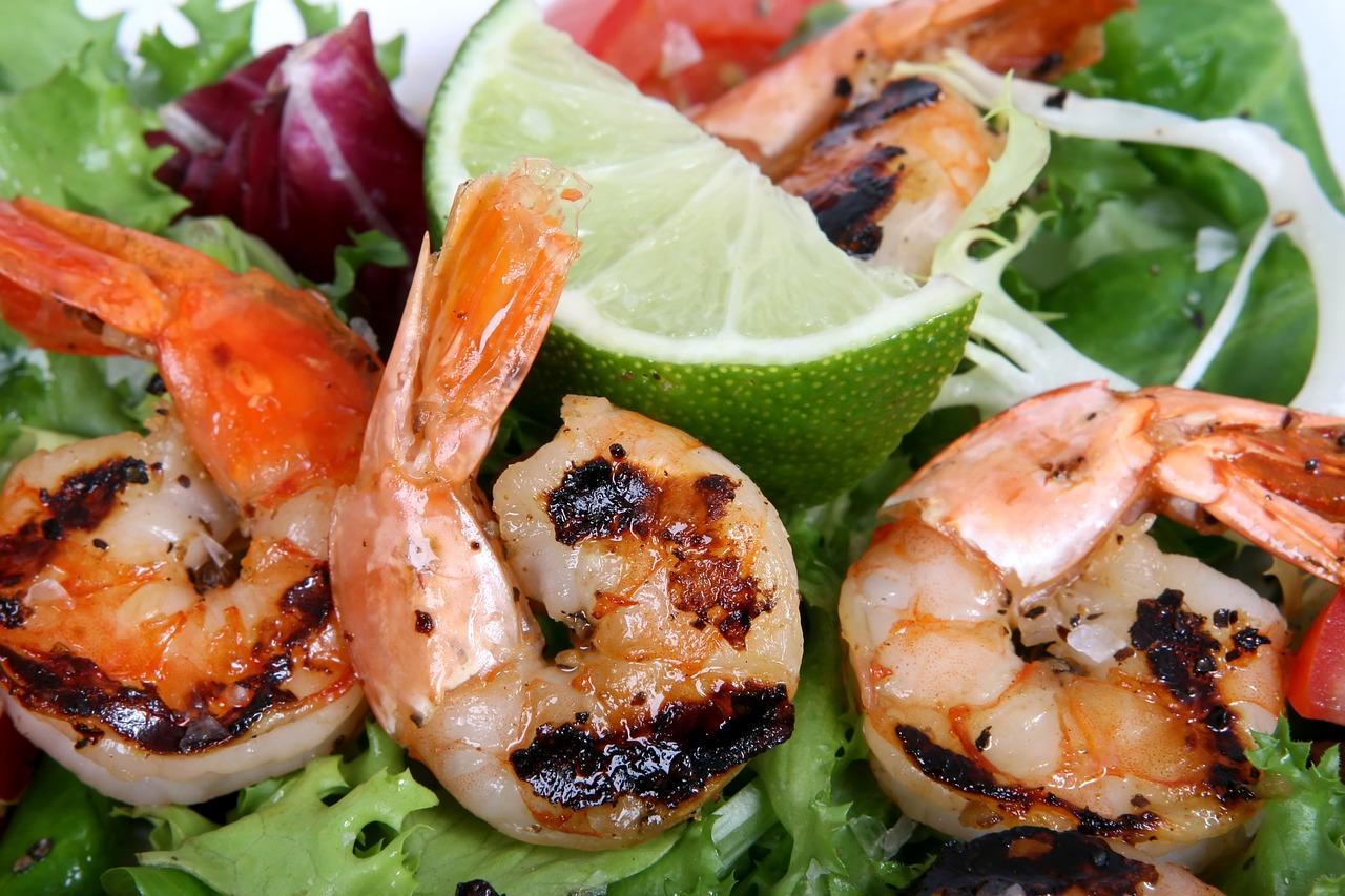 Grilované krevety na limetce s avokádovým salátem