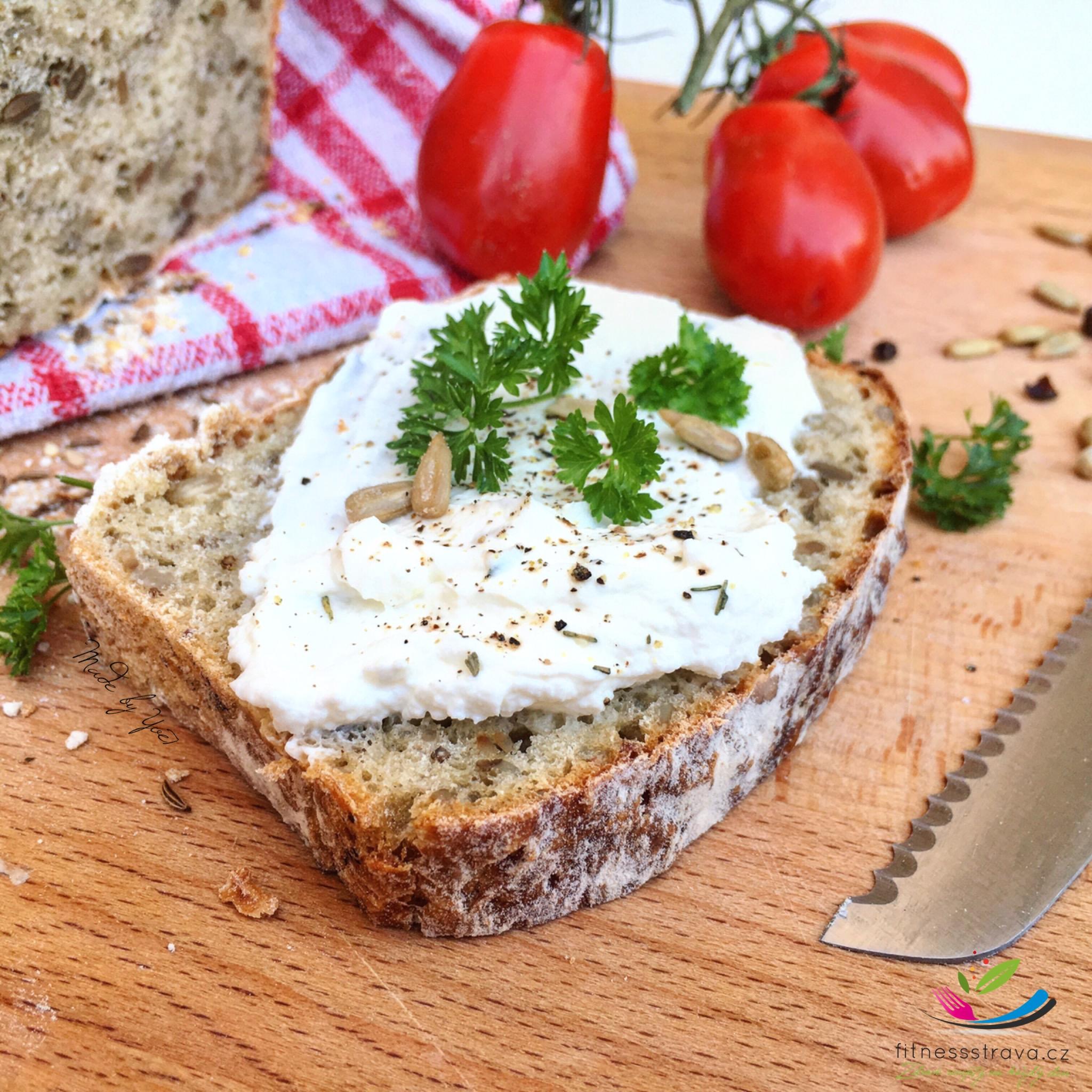 Domácí chleba česnekový se semínky a kmínem