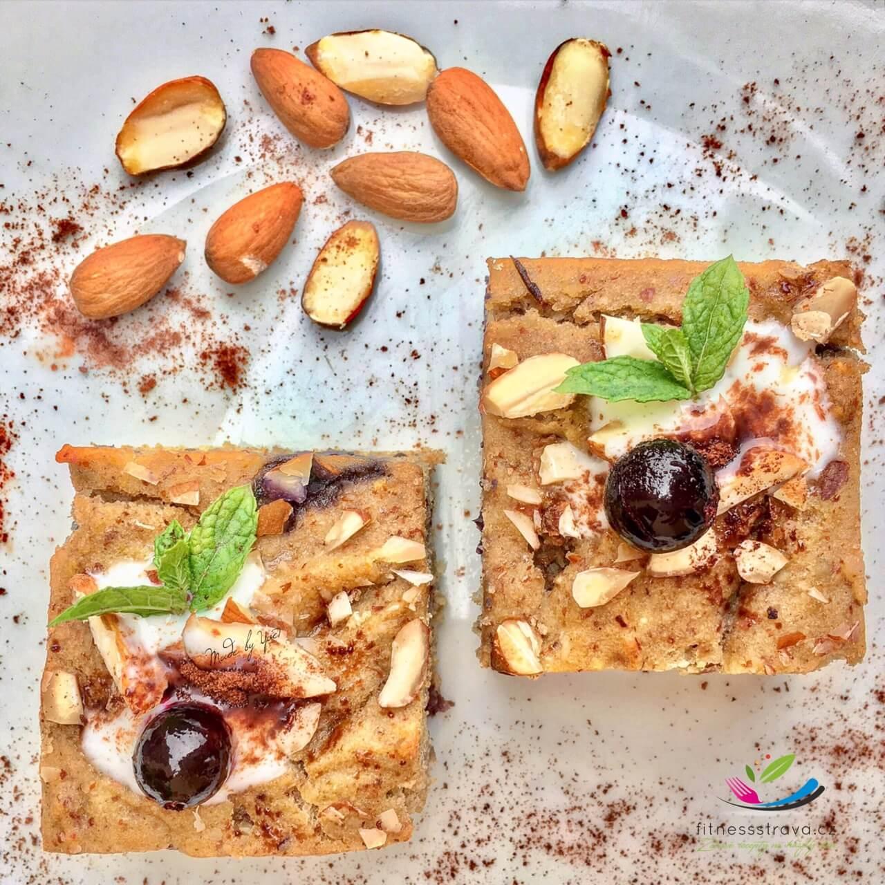 Borůvkový koláč z cizrny s mandlemi a skořicí